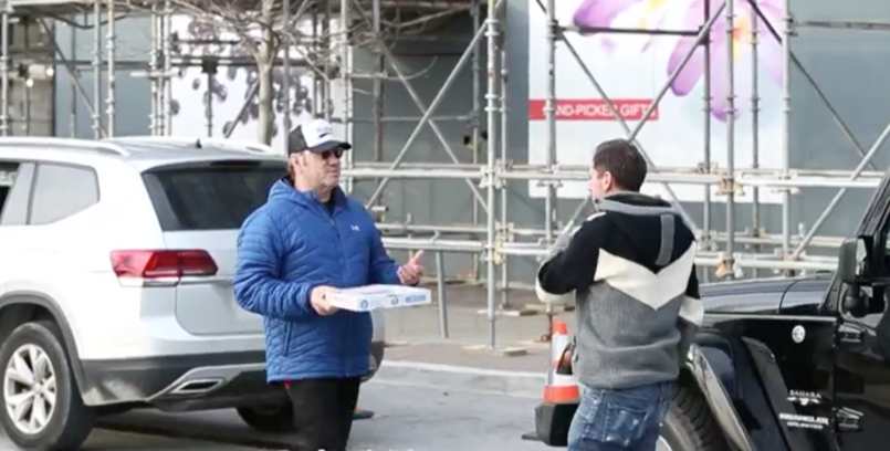 Kevin Spacey gives pizza to paparazzi