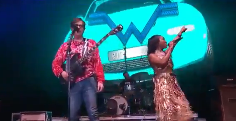 "Weezer perform ""No Scrubs"" with Chilli of TLC"